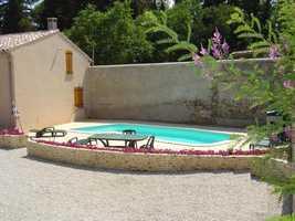 Byhus med charmig gård och pool, mitt i Roujan