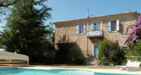 Stenhus med trädgård och pool, i Neffiès