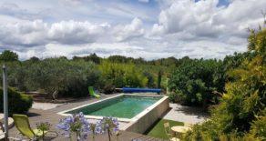 Stenhus med pool, privat läge bland vinfälten
