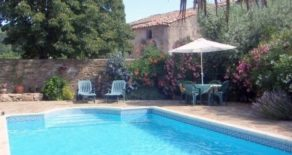 Borgarhus med trädgård och pool, lantligt läge