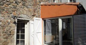 Renoverat stenhus med gård och terrass