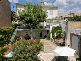 Borgarhus med gîte, trädgård och pool