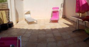 Byhus med terrass, i by nära Medelhavet