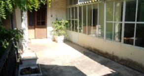 Vinbondehus med gård och terrass