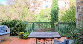 Byhus, med terrass och charmig trädgård