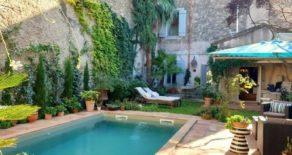 Borgarhus med gård och pool