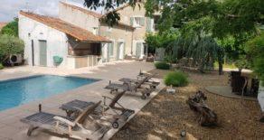 Helrenoverat stenhus, trädgård och pool