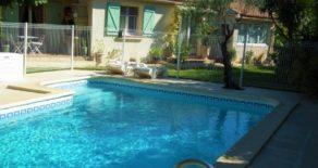 Enplansvilla med trädgård och pool