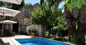 Välrenoverat stenhus med stor trädgård och pool