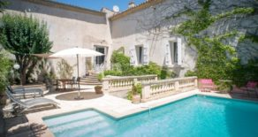 Charmigt borgarhus med trädgård och pool