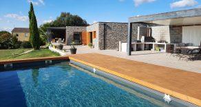 Modern enplansvilla, pool och fritt läge med utsikt!
