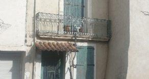 Charmigt litet byhus med terrass
