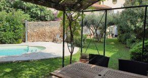 Renoverat borgarhus, med trädgård och pool