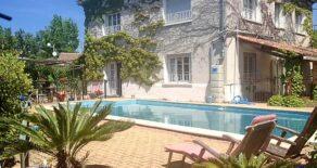 Rymligt hus med trädgård, pool och gästhus
