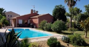 Enplansvilla med pool och Medelhavsträdgård
