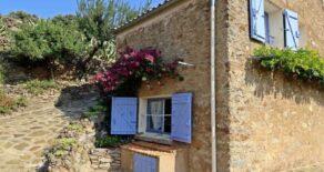 Renoverat stenhus med trädgård och vackert, lantligt läge