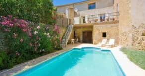 Vinbondehus med garage, terrass och gård med pool!
