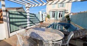 Helrenoverat vinbondehus med trädgård och pool