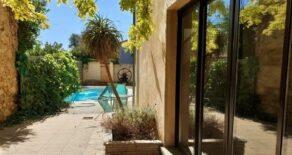 Renoverat stenhus med gästhus och pool