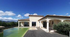 Villa med pool, fint läge!
