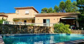 Generös villa med fritt läge, pool och utsikt!