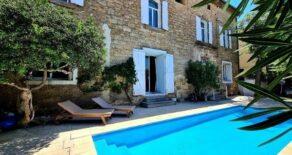 Magnifikt borgarhus med gästhus och gård med pool