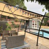 Arkitektritad villa med trädgård och pool