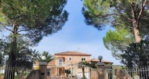 Villa med pool och tennisbana